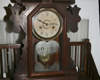 HOMEOWNERS WALNUT CASE MANTLE CLOCK - WORKS