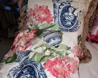 Custom pillows and matching table skirt: Manual Canovas from Paris - and matching ....