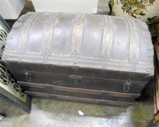NICE CLEAN ROUND TOP TRUNK HAS TRAY INSIDE