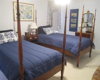 PAIR OF 4 POSTER BEDS AND MATTRESS SET