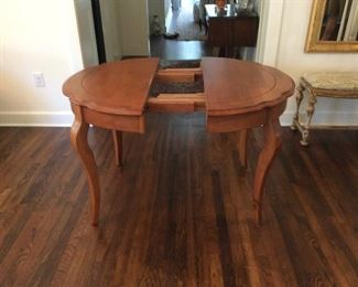 Beautiful dining/kitchen table with a leaf (expands from round to oval)