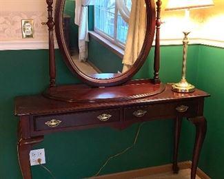 Ladies Queen Anne Vanity w/mirror