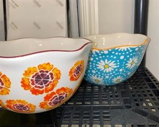 THE PIONEER WOMAN SERVING BOWLS