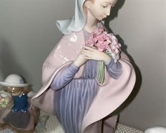 LLADRO OUR LADY WITH FLOWERS 5171 FIGURINE