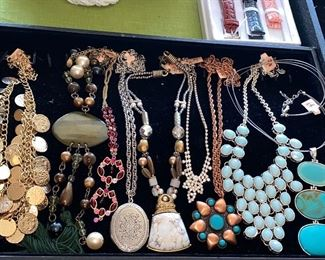 LOTS OF BEAUTIFUL NECKLACES, BRACELETS, EARRINGS AND BROOCHES