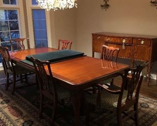 Fabulous Hickory Chair brand Dining room table, chairs and pads and leaves! Great for holidays!