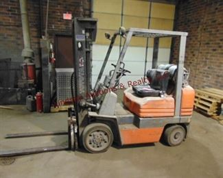 "Toyota mod: 5FGC25 4500 lb Propane Warehouse Forklift w/ tank, PS, Side Shift 10300. hrs, approx 13' height, forks 44"" long Runs/Works"