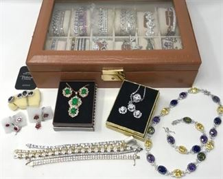 102 Costume Jewelry Galore with Case https://ctbids.com/#!/description/share/288517