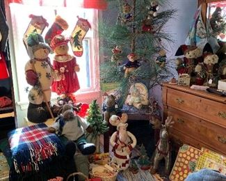 The teddy bear Christmas tree and vintage toys