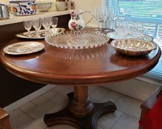 Pedestal round top dining table