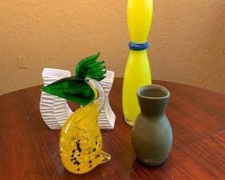 Flower vases and Glass cockatoo https://ctbids.com/#!/description/share/293110