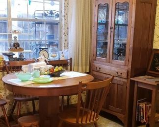 Charming Kitchen Table with 4 chairs and expansion leaf