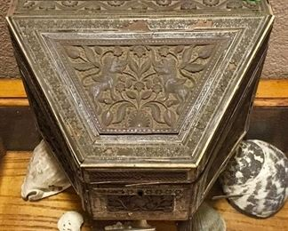 SUPER RARE AND VERY OLD ANTIQUE CHINESE ASIAN BOX WITH SKULL INSIDE.
