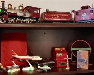 LARGE ATCHISON TOPEKA SANTA FE TRAIN WE THINK G SCALE, PLUS TWA MODEL DESKTOP JETS.