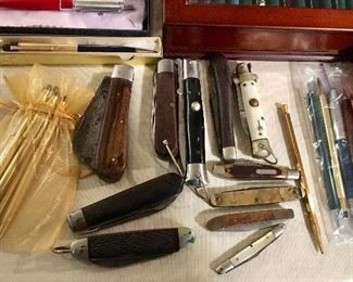 VINTAGE BUTTON AND POCKET KNIVES.