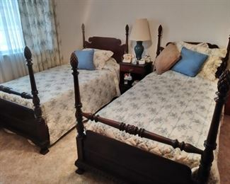 Antique pineapple poster twin bed set .