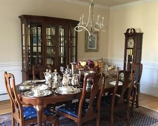 Ethan Allen Dining Table with 2 leaves and Queen Anne Chairs