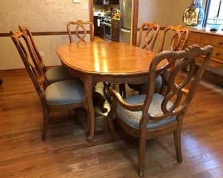 Hickory Manufacturing dining room table and 6 chairs - includes table pads as well!