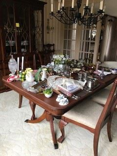 2pedestal table with 2 leaves and pads