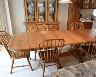 OAK DINING TABLE W/4 LEAFS & 6 CHAIRS