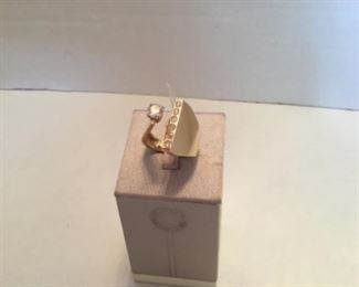 Ring - Modern - 14 kt yellow gold & diamonds - 0.50 center diamonds and 0.25 tcarat small. Weight 10 grams