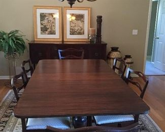 Beautiful dining room table, with 6 chairs, 3 leaves & table pads
