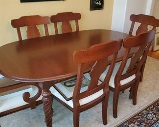 Great condition DR table with 6 chairs and 2 leaves