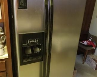 Whirlpool Side by Side water and ice Refrigerator