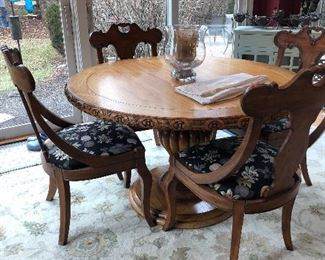 Fabulous Round Table with 4 Chairs