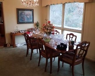 """Drop-leaf dining table with 3 extension leaves, 4 side chairs, 2 captain's chairs, """"Versailles"""" furniture collection"""