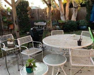 es patio set and plants