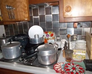 Very good condition vintage kitchen. Many many baking pans.