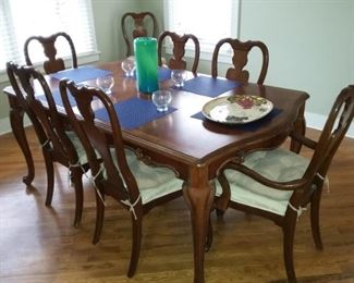Dining Room Table with 2 leaves & 8 chairs