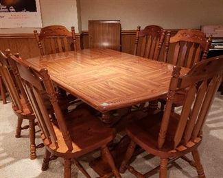Dining room table. 6 chairs + leaf