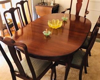 Mahogany dinning room set with 6 chairs and 2 leaves