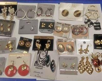 https://www.ebay.com/itm/114185501780AB0211 COSTUME JEWELRY LOT OF TWENTY TWO VINTAGE EARRINGS  BOX 75 AB0211 $15