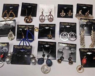 https://www.ebay.com/itm/124142906695BOX074AB COSTUME JEWELRY LOT OF FIFTEEN PIERCED EARRINGS  LOT #3 $10