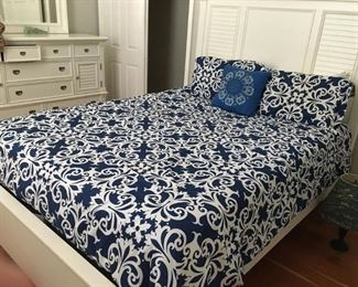 https://www.ebay.com/itm/114186824824PA028: White on Navy Queen Comforter  $15