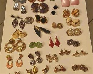 https://www.ebay.com/itm/124173638413AB0327 LOT OF 31 VINTAGE PIERCED EARRINGS BOX 74 AB0327$20