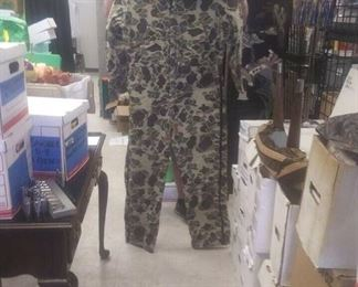 https://www.ebay.com/itm/114211393698LAN9843: Lot of Hunting Clothes (Jumper XL, Hat, Hood, Gloves, 2 shirts, two Pants, Pack)$50