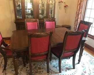 Gorgeous dining room table & chairs