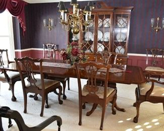 """Beautiful """"Hickory Chair"""" Dining table w/3 leafs & 8 chairs"""