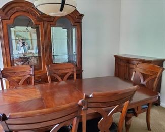Solid Wood Complete Dining Room Set in great condition!