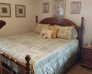 Beautiful solid oak KING  size bed quality Thomasville Furniture