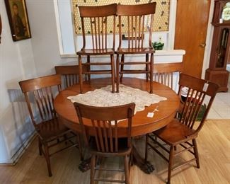 A lovely round oak dinner table with a beautiful pedestal!