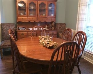 dining room table    matching chairs