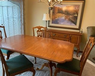 Dining room table and four chairs in excellent condition