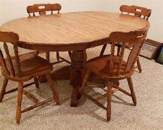 Round oak pedestal table, two leaves & four chairs