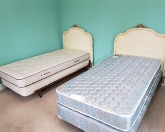 Mid-Century Twin Beds https://ctbids.com/#!/description/share/317667