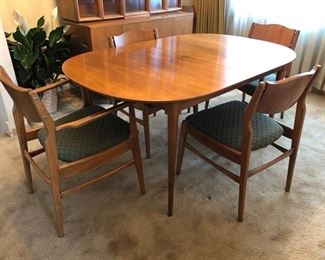 Mid-century modern dining room table, 2 captains chairs and 3 side chairs - includes leafs and table pads!
